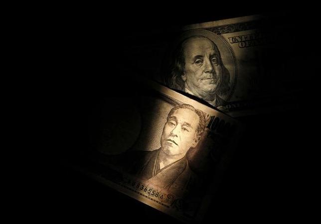 7月5日、正午のドル/円は、前日ロンドン市場の午後3時時点に比べ、ドル安/円高の112.93/95円。早朝の取引では、昨日の北朝鮮によるミサイル発射を巡り、米国務長官が北朝鮮を非難する声明を発表したほか、朝鮮中央通信の報道も流れ、北朝鮮をめぐるリスクが改めて意識され、ドル安/円高が進んだ。写真はドル紙幣と1万円札、2013年2月撮影(2017年 ロイター/Shohei Miyano)