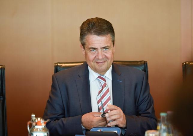 7月6日、ドイツのガブリエル外相は20カ国首脳会議(G20)を前に、トランプ米大統領が欧州と通商戦争を始める可能性に懸念を示した。写真は閣議に参加する同外相。ベルリンで6月撮影(2017年 ロイター/Stefanie Loos)