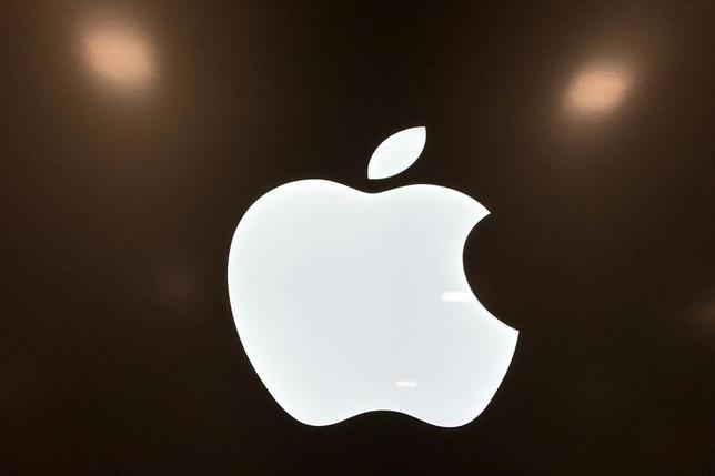 7月6日、米通信用半導体大手クアルコムは、競合社インテル製の半導体を搭載した米アップルの「iPhone」と「iPad」の一部機種について、クアルコムの特許を侵害しているとして国際貿易委員会(ITC)に提訴する見通し。写真はアップルのロゴ。カリフォルニア州で3月撮影(2017年 ロイター/Lucy Nicholson)