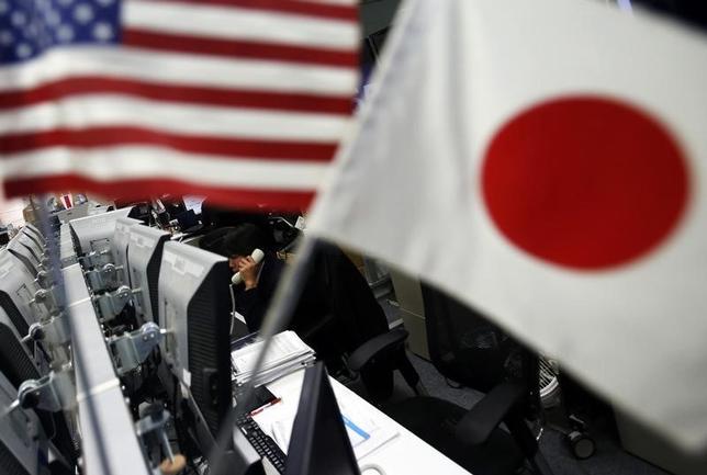 7月7日、午後3時のドル/円は、ニューヨーク市場午後5時時点に比べ、ドル高/円安の113円後半。日銀の指し値オペ実施を受け海外短期筋によるドル買い/円売りが盛り上がり、ドルは一時113.83円まで上昇した。写真は都内で2014年1月撮影(2017年 ロイター/Yuya Shino)