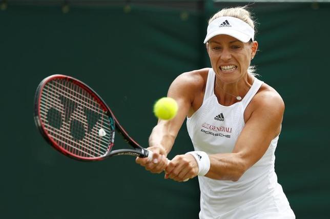 7月8日、テニスのウィンブルドン選手権、女子シングルス3回戦で第1シードのアンゲリク・ケルバー(写真)はシェルビー・ロジャースを4─6、7─6、6─4で下し、4回戦へ進出した(2017年 ロイター/Stefan Wermuth)