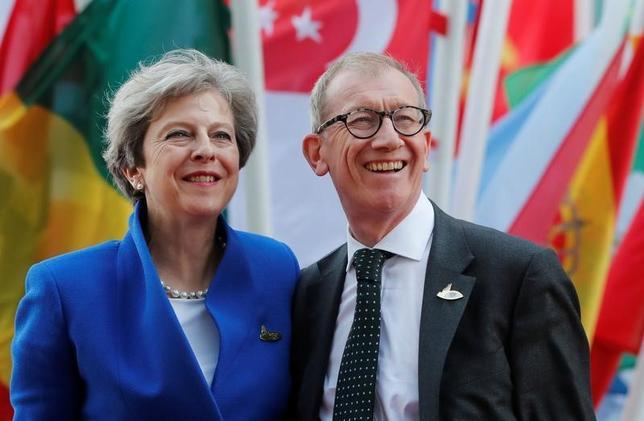 7月8日、英国のメイ首相(写真左)は、米国、日本、中国、インドの首脳から、欧州連合(EU)離脱後の英国との新たな二国間貿易協定の締結に向けた「強い関心」が示されたと明らかにした。写真はハンブルクで7日撮影(2017年 ロイター/Wolfgang Rattay)