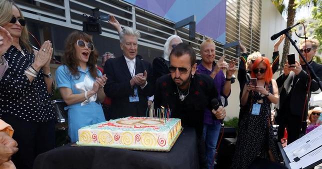 7月7日、元ビートルズのメンバー、リンゴ・スター(中央)が77歳の誕生日を迎え、ポール・マッカートニーも参加したニューアルバム発売を発表した(2017年 ロイター/Mario Anzuoni)