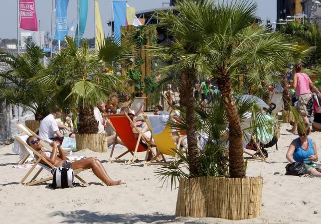 7月7日、ベルギーの首都ブリュッセルで、市内の運河沿いに毎年恒例の人工ビーチが出現した。写真は2009年8月撮影(2017年 ロイター/Yves Herman)