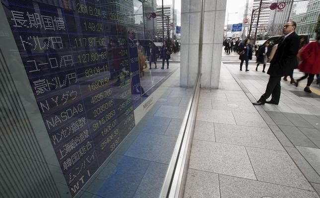 7月11日、前場の東京株式市場で、日経平均株価は前日比54円65銭高の2万0135円63銭となり、続伸した。都内で2016年1月撮影(2017年 ロイター/Yuya Shino)