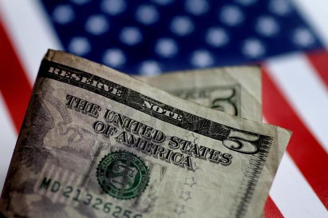 7月11日、午後3時のドル/円は、前日ニューヨーク市場午後5時時点に比べ、ドル高/円安の114円前半だった。実需筋のドル買い/円売りや、クロス円でまとまった円売りが観測され、一時、3月中旬以来約4カ月ぶりの高値圏に上昇した。写真は6月撮影(2017年 ロイター/Thomas White)