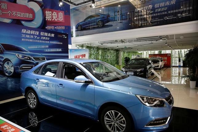 7月11日、中国汽車工業協会(CAAM)が発表した6月の自動車販売台数は前年比4.5%増の217万台となった。4月は2.2%減、5月は0.1%減だったが、6月は増加に転じた。写真は上海の自動車ディーラーで1月撮影(2017年 ロイター/Aly Song)