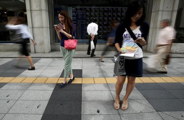 7月12日、東京株式市場で日経平均は3日ぶりの反落。下げ幅は一時130円を超えた。トランプ大統領を巡る「ロシアゲート疑惑」が再燃する中、米長期金利が時間外で低下。これを受けて為替がドル安/円高に振れたことが日本株の重しとなった。写真は都内で2015年9月撮影(2017年 ロイター/Yuya Shino)