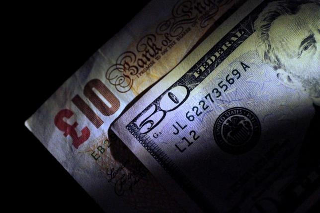 7月12日、欧州市場でポンドが対ドルで2週間ぶりの安値に下落、対ユーロでは8カ月ぶりの安値を付けた。イングランド銀行(英中央銀行)のブロードベント副総裁がまだ利上げの準備はできていないと述べたことが背景。写真は6月撮影(2017年 ロイター/Thomas White)