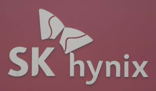 7月12日、韓国の半導体大手SKハイニックスのPark Sung-wook最高経営責任者(CEO)は、東芝の半導体メモリー事業の株式取得を断念するつもりはないと語った。写真は2013年1月撮影(2017年 ロイター/Lee Jae Won)