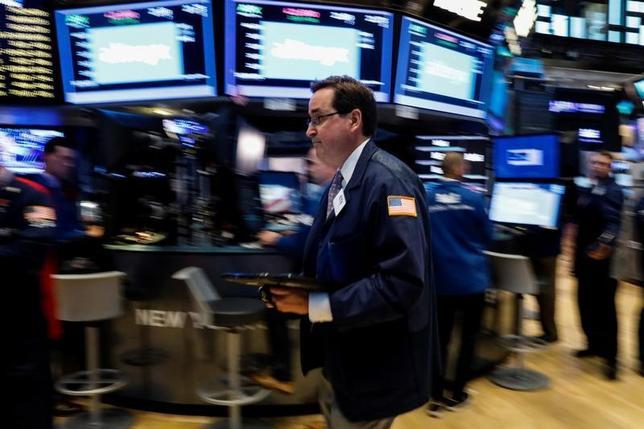 7月12日、米国株式市場は上昇し、ダウ工業株30種は終値で過去最高値を更新した。米FRBのイエレン議長が12日の下院証言で、利上げを緩やかに進める方針を示したことなどが材料視された。写真はニューヨーク証券取引所、12日撮影(2017年 ロイター/Brendan McDermid)