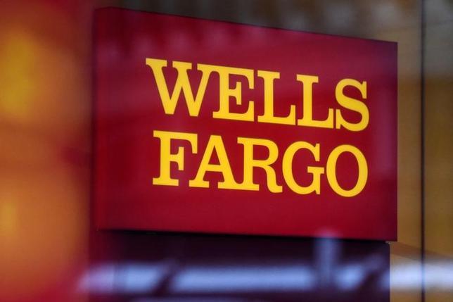 7月13日、米FRBのイエレン議長は、米銀大手ウェルズ・ファーゴ(Wファーゴ)が顧客に無断で口座を開設していた問題を巡り、是正措置が適切だと調査で判断された場合は、Wファーゴの取締役に対してこうした措置を講じる用意があると表明した。写真はWファーゴのロゴ、1月ニューヨークで撮影(2017年 ロイター/Stephanie Keith)