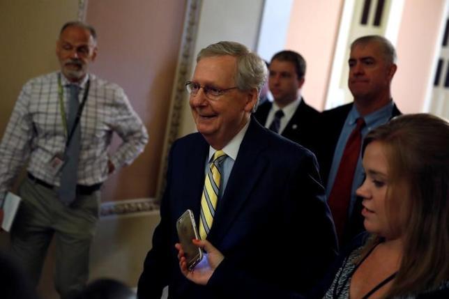 7月13日、米共和党のマコネル上院院内総務(写真中央)は、医療保険制度改革(オバマケア)改廃に向けた新たな法案を公表した。ワシントンの連邦議会議事堂で撮影(2017年 ロイター/Aaron P. Bernstein)