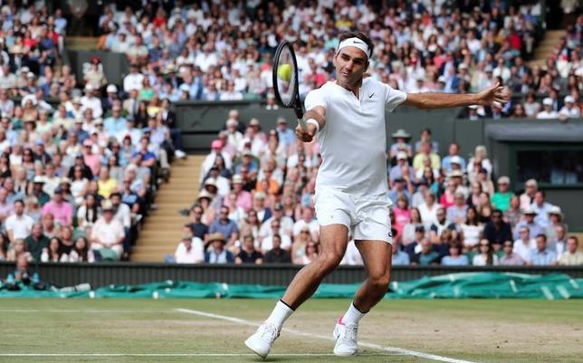 7月15日、テニスのウィンブルドン選手権の男子シングルス決勝(16日)では、ロジャー・フェデラー(写真)が同大会最多8回目の優勝をかけて、マリン・チリッチと対戦する。ロンドンで14日撮影(2017年 ロイター/Gareth Fuller)