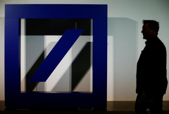 7月16日、ECBは、ドイツ銀行の2大株主に対する特別審査を検討している。南ドイツ新聞が規制当局関係者の話として報じた。写真はドイツ銀行のロゴ、フランクフルトで5月撮影(2017年 ロイター/Ralph Orlowski)