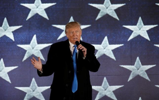 7月17日、米国土安全保障省は、移民などの季節労働者に対する臨時査証(ビザ)の発行枠を最大1万5000人拡大することを認めた。写真はトランプ米大統領。ワシントンで1月撮影(2017年 ロイター/Mike Segar)