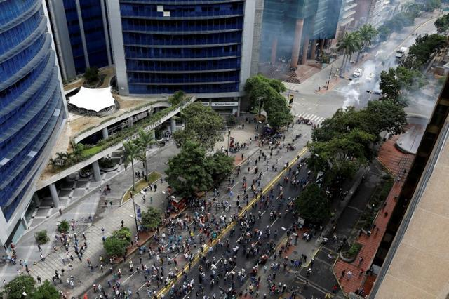 FILE PHOTO: Demonstrators and riot security forces clash during riots at a rally against Venezuelan President Nicolas Maduro's government in Caracas, Venezuela, June 7, 2017. REUTERS/Carlos Garcia Rawlins/File Photo