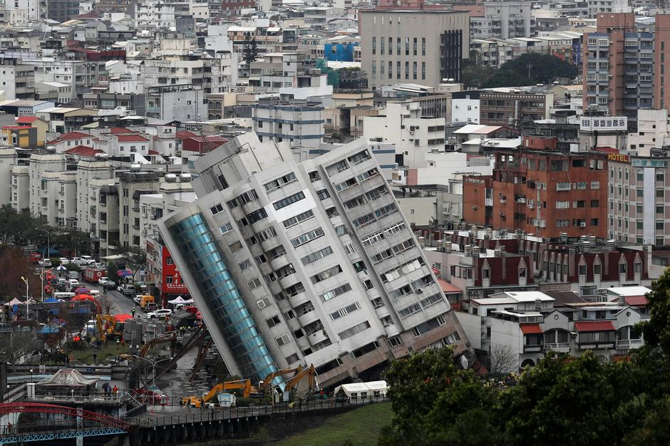 earthquake hit taiwan city still on edge as rescuers hunt survivors