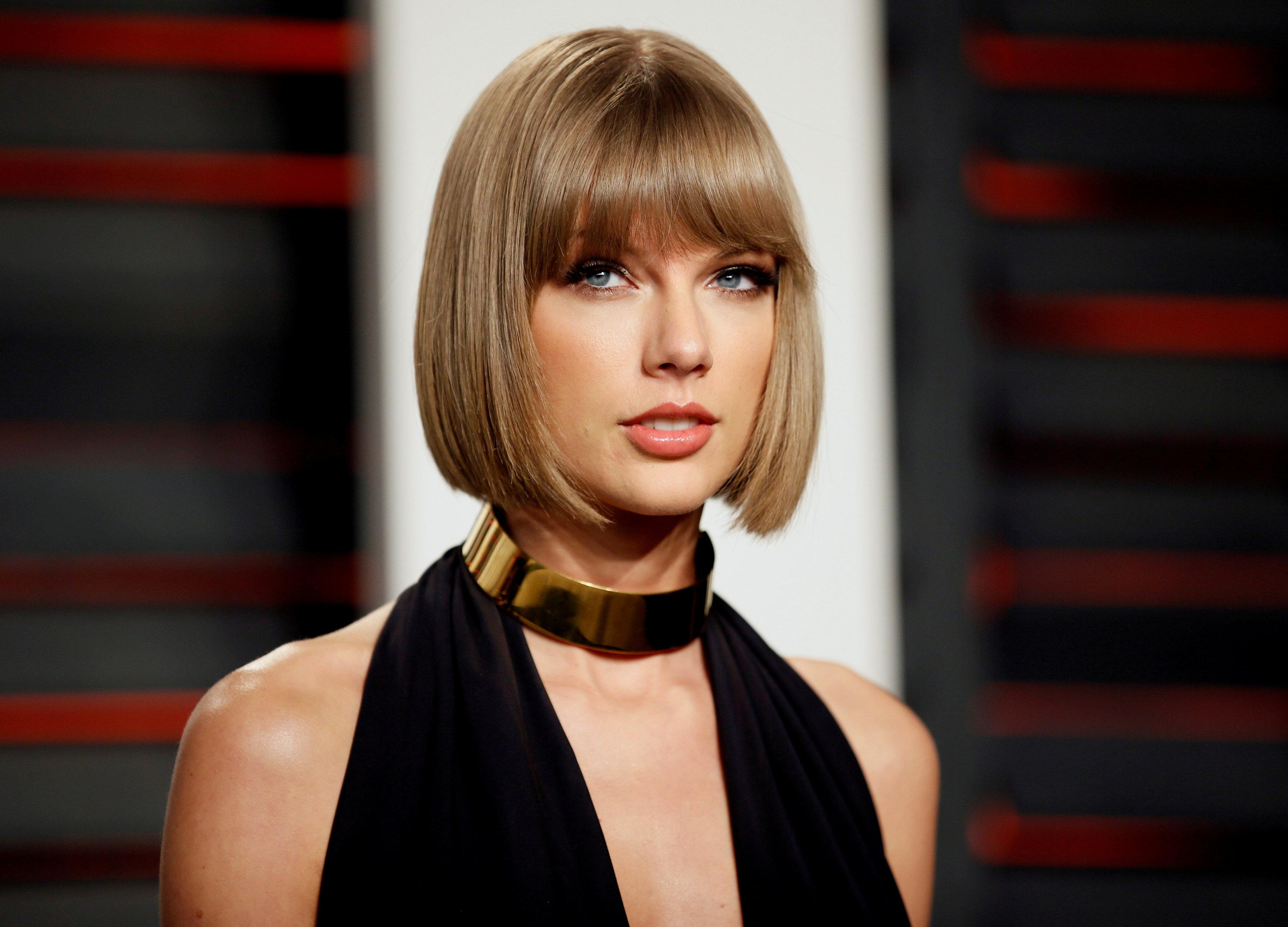 e89a6f50aef6 FILE PHOTO  Singer Taylor Swift arrives at the Vanity Fair Oscar Party in Beverly  Hills