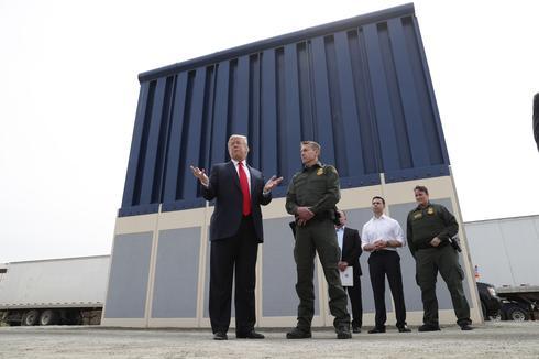 Trump visits the border wall