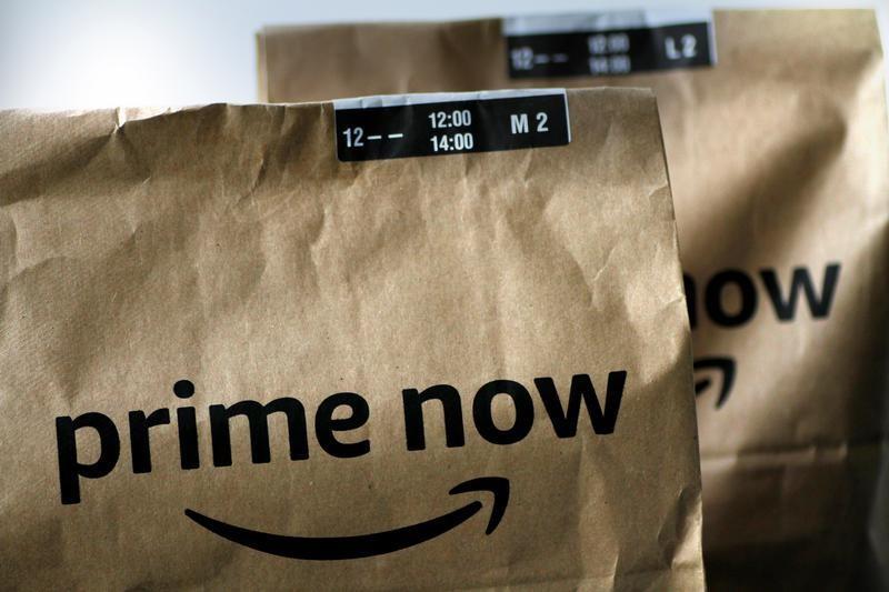 4月18日、米アマゾン・ドット・コムのベゾス最高経営責任者(CEO)は、公表した株主宛ての書簡で、プライム会員が世界全体で1億人を超えたと明らかにした。写真は「プライムナウ」の配達袋。昨年7月撮影(2018年 ロイター/Thomas White)