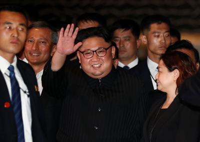 Kim Jong Un strolls around Singapore