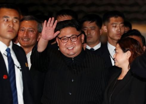 Kim Jong Un strolls around Singapore
