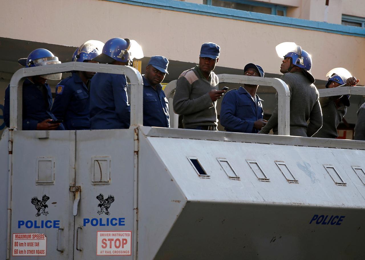 """Résultat de recherche d'images pour """"Soldiers patrol Zimbabwe capital after election violence"""""""