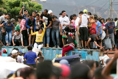 Venezuelans break barricades and cross Colombia border