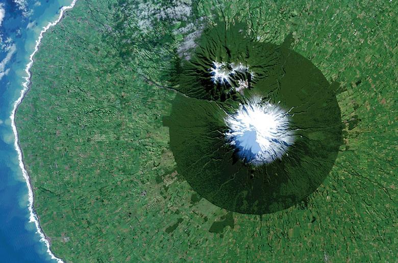 Parque Nacional Egmont en Nueva Zelanda con el monte. Taranaki en su centro. REUTERS / NASA / USGS