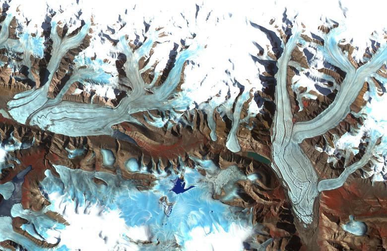 El glaciar Chapman ubicado en la isla de Ellesmere, territorio de Nunavut, Canadá. Los glaciares canadienses son la tercera tienda de hielo más grande del mundo después de la Antártida y Groenlandia. REUTERS / NASA / GSFC / METI / Japan Space Systems