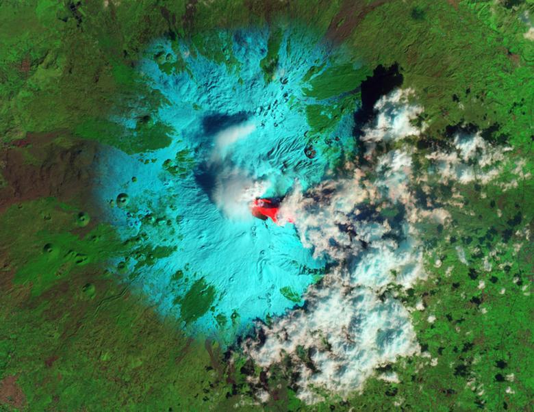 El volcán Etna de Italia se ve en erupción en esta imagen de falso color tomada en febrero de 2013. La lava fresca, erupcionada horas antes, se ve de color rojo brillante. REUTERS / Jesse Allen / Robert Simmon / NASA EO-1 ALI