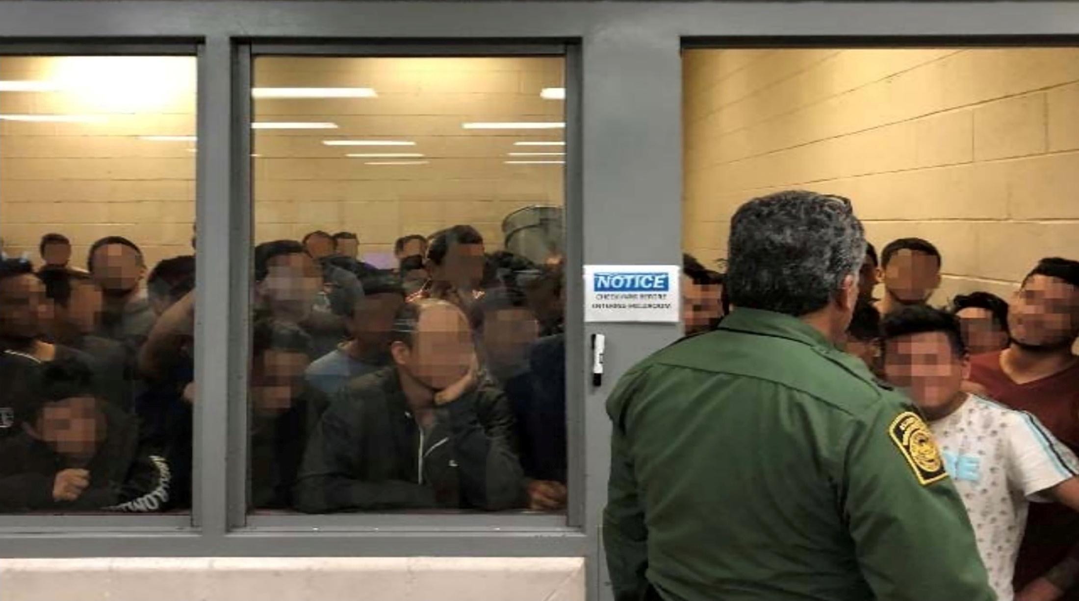 """Trump déclare que les immigrants """"mécontents"""" des centres de détention devraient rester chez eux"""