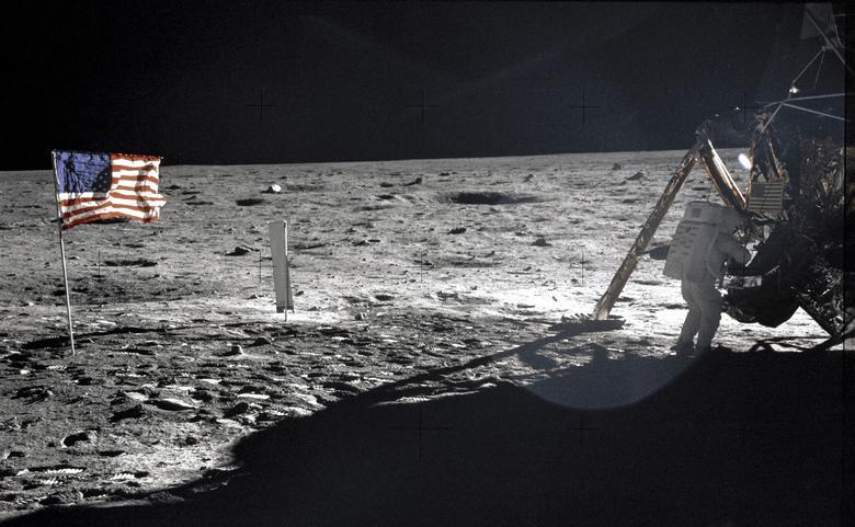"""3. UN BOLSILLO LLENO DE POLVO DE LUNA: Después de que Neil Armstrong dio su primer paso histórico a la superficie de la luna, tomó un puñado de rocas y tierra y lo guardó en el bolsillo de su traje espacial como una """"muestra de contingencia"""".  Si los astronautas tenían que salir corriendo de la superficie, al menos los científicos tenían algo de material para trabajar.  Comentó sobre el paisaje: """"Tiene una belleza absoluta, como el desierto de los Estados Unidos"""".  Años más tarde, en una entrevista de 2001, Armstrong también expresó curiosidad por las cosas simples en la atmósfera lunar: """"No había polvo cuando pateabas ... Eso es producto de tener una atmósfera, y cuando no tienes una atmósfera, No tengo nubes de polvo """".  En la foto: el astronauta Neil Armstrong, el comandante de la misión del Apolo 11, de pie junto al módulo lunar """""""