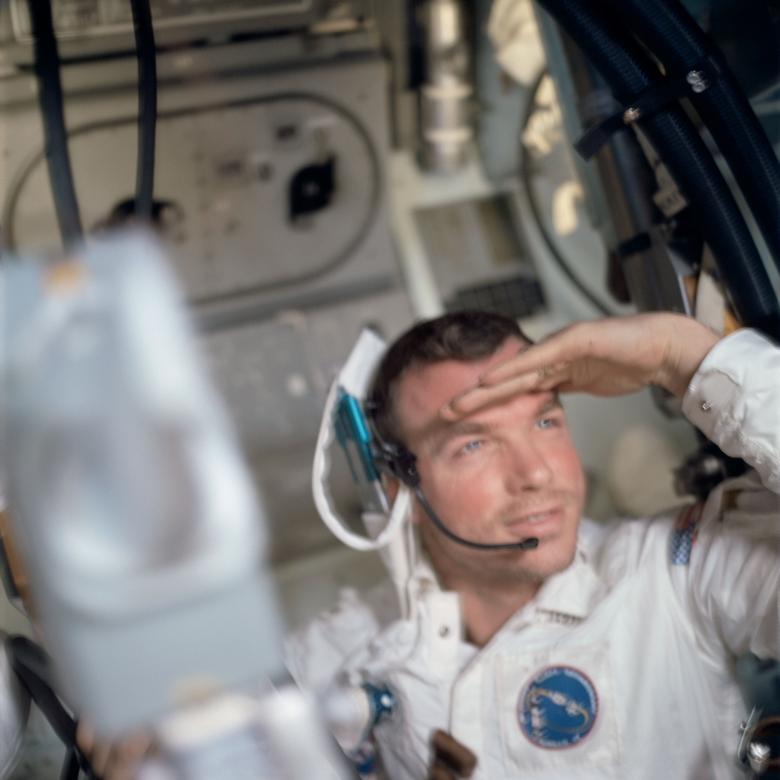 """David Scott, Apollo 15: """"Como todos te dicen, es hermoso allá arriba"""", dijo en una entrevista de 2016 con Forbes. """"Cuando estás en la Luna, estás zonificando ... Nunca presté atención a mi traje, mochila ni nada, estaba haciendo lo que me enseñaron en términos de geología"""". En la foto: el astronauta David Scott, piloto del módulo de comando del Apolo 9, se ve dentro del módulo de comando """"Gumdrop"""", marzo de 1969. NASA / Folleto a través de REUTERS"""