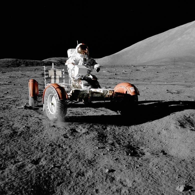 """Eugene Cernan, Apolo 17: """"Es una realización, una realidad, de repente, acabas de aterrizar en otro mundo en otro cuerpo [en algún lugar en el] universo, y lo que estás viendo es visto por seres humanos, humanos Ojos, por primera vez. Donde tú o ningún ser humano hemos estado antes """". En la foto: el astronauta de la NASA, Eugene A. Cernan, realiza un pequeño registro del rover lunar durante la primera parte de la primera actividad extravehicular del Apolo 17 en el sitio de aterrizaje de Taurus-Littrow el 11 de diciembre de 1972. Harrison H. Schmitt / NASA / Handout a través de REUTERS"""