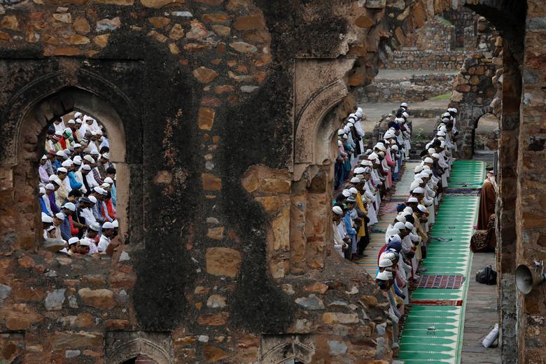 Müslümanlar, Yeni Delhi, Hindistan'daki Feroz Shah Kotla caminin kalıntıları için Kurban Bayramı duaları veriyorlar.  REUTERS / Aushree Fandnavis