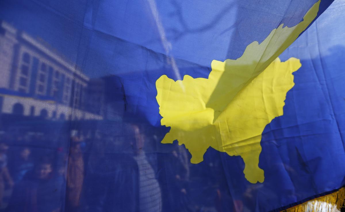 Wetgewers in Kosovo stem saam om die parlement te ontbind, wat die weg baan vir verkiesing