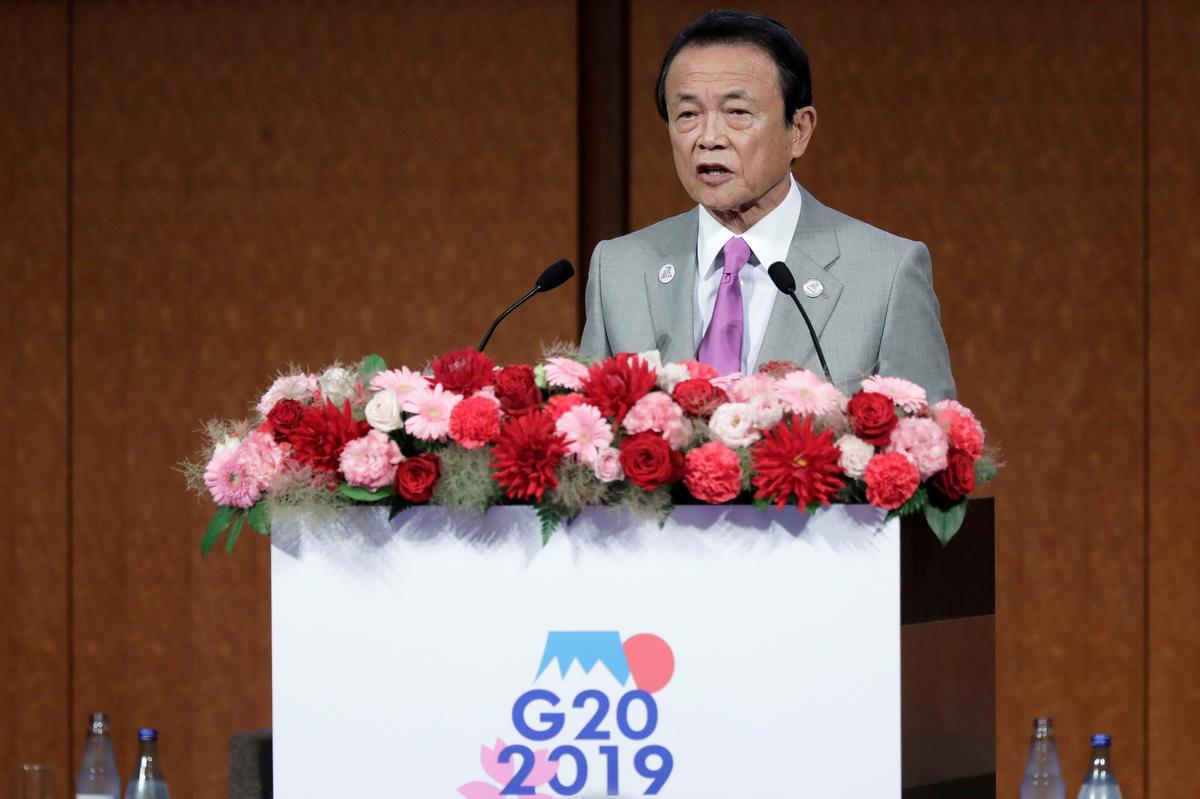 Japan se Aso, Suga, om poste in die kabinet te hervestig - Yomiuri