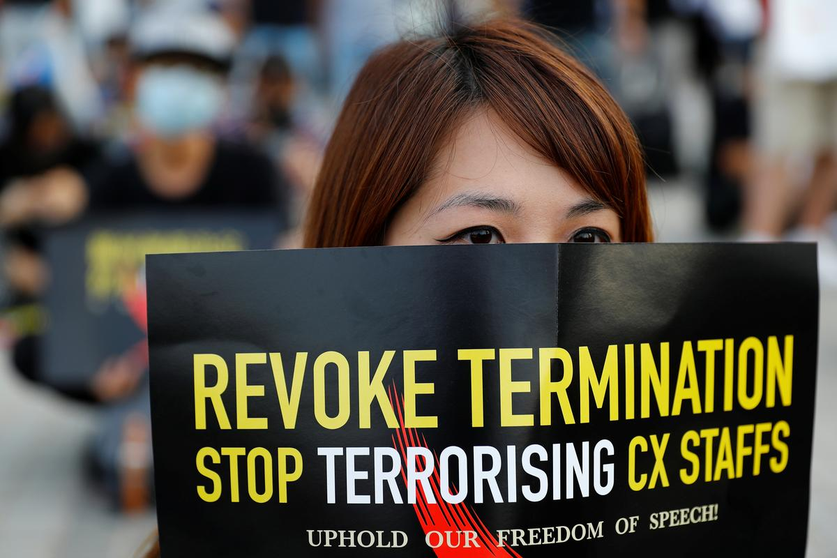 Betogers in Hong Kong veroordeel Cathay Pacific vir die dood van die kajuitpersoneel
