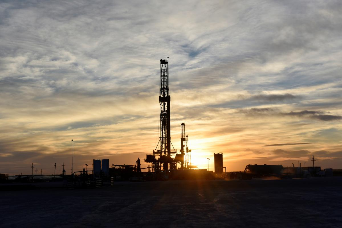 Oil sinks as manufacturing data feeds global economy worries