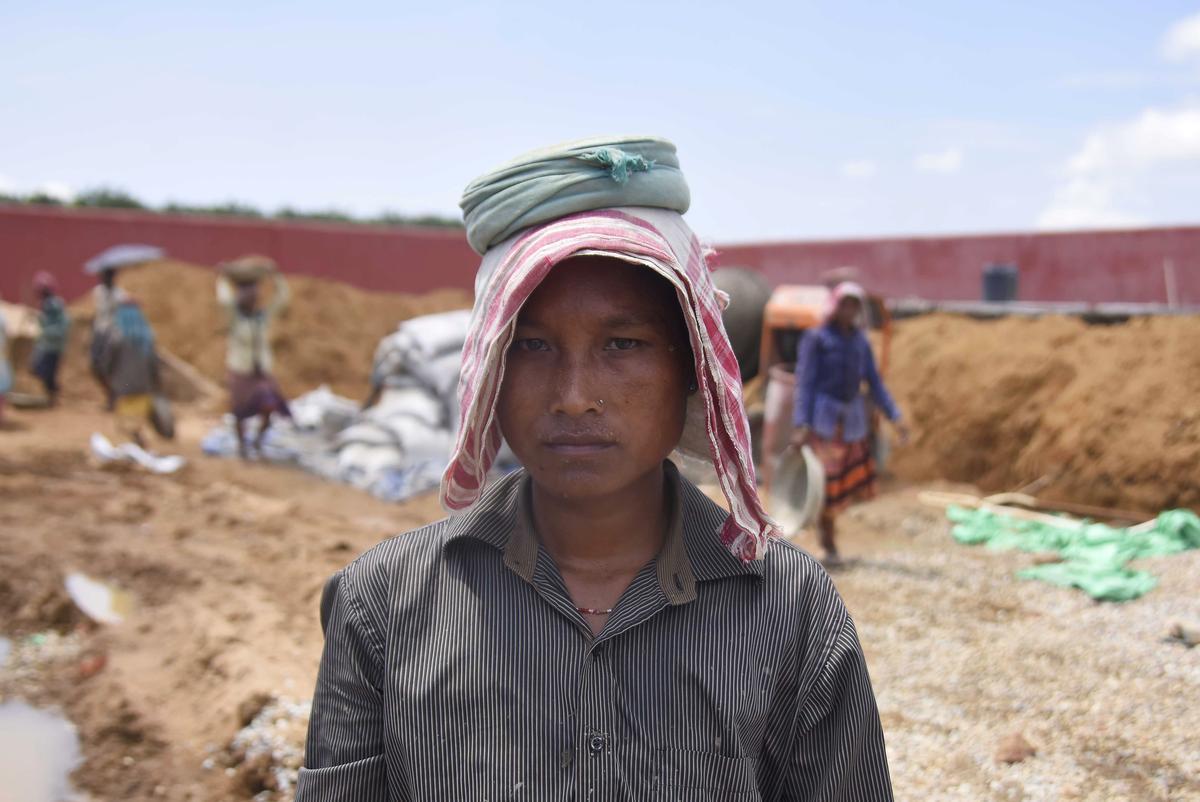 Terwyl hulle Indië se eerste kamp vir onwettiges bou, vrees sommige werkers daar in aanhouding