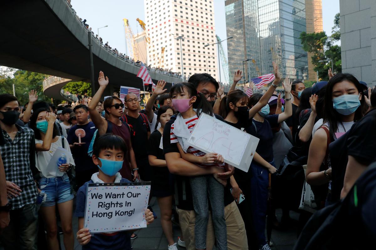 Studente in Hongkong vorm 'n menslike ketting na die naweek van betogings