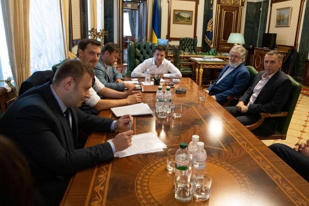 President van die Oekraïne ontmoet die magnaat Kolomoisky te midde van kommer oor hul sakebande