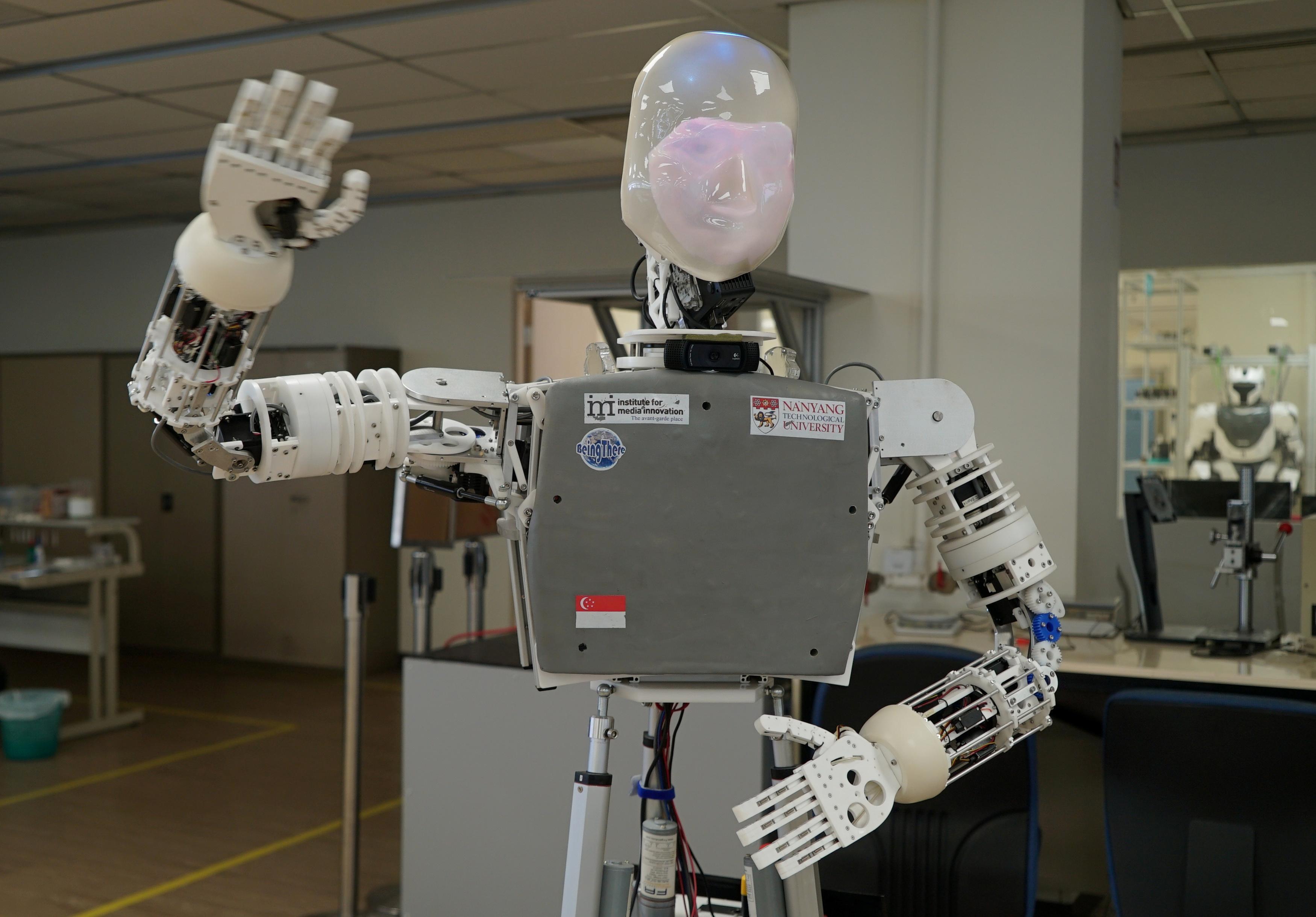 Un couple de dessinateurs de robots singapouriens accueille sa propre création humaine