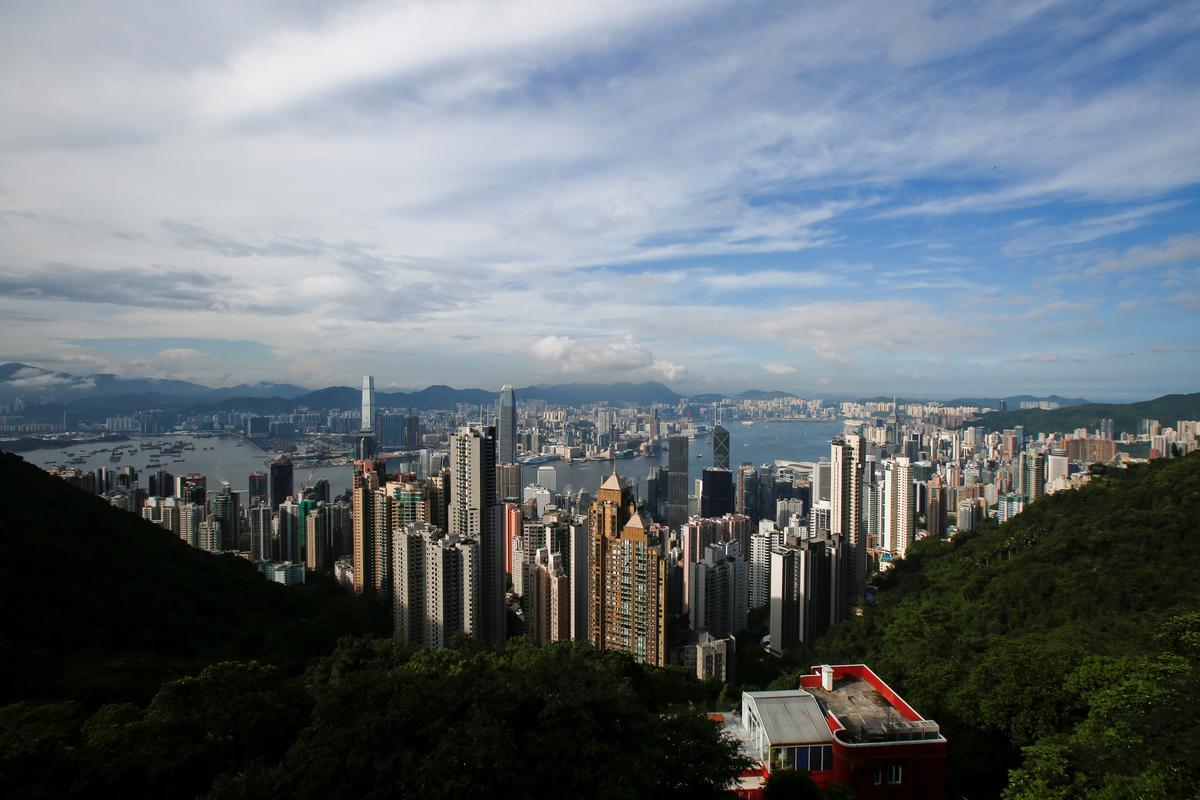 Hong Kong heropen ná gewelddadige naweek van botsings en betogings