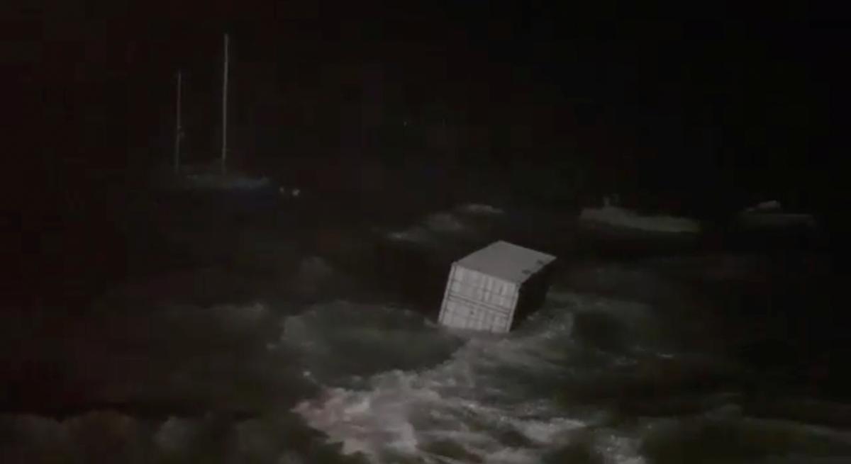 Bermuda vermy groot skade as gevolg van die orkaan Humberto. Opruimingspersoneel werk