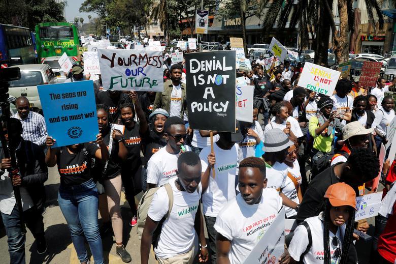 Activistas medioambientales sostienen carteles mientras participan en la protesta de huelga climática llamando a la acción sobre el cambio climático, en Nairobi, Kenia, el 20 de septiembre. REUTERS / Baz Ratner