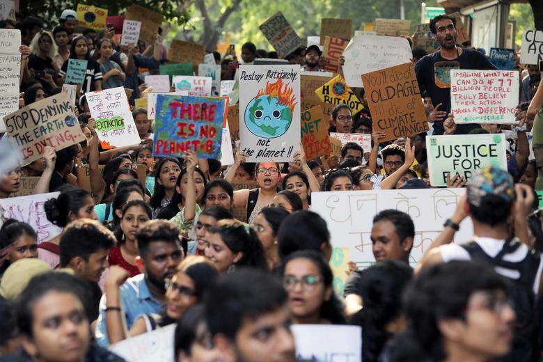 Estudiantes y activistas sostienen pancartas con mensajes mientras participan en una manifestación de la Global Climate Strike en Nueva Delhi, India, el 20 de septiembre. REUTERS / Anushree Fadnavis