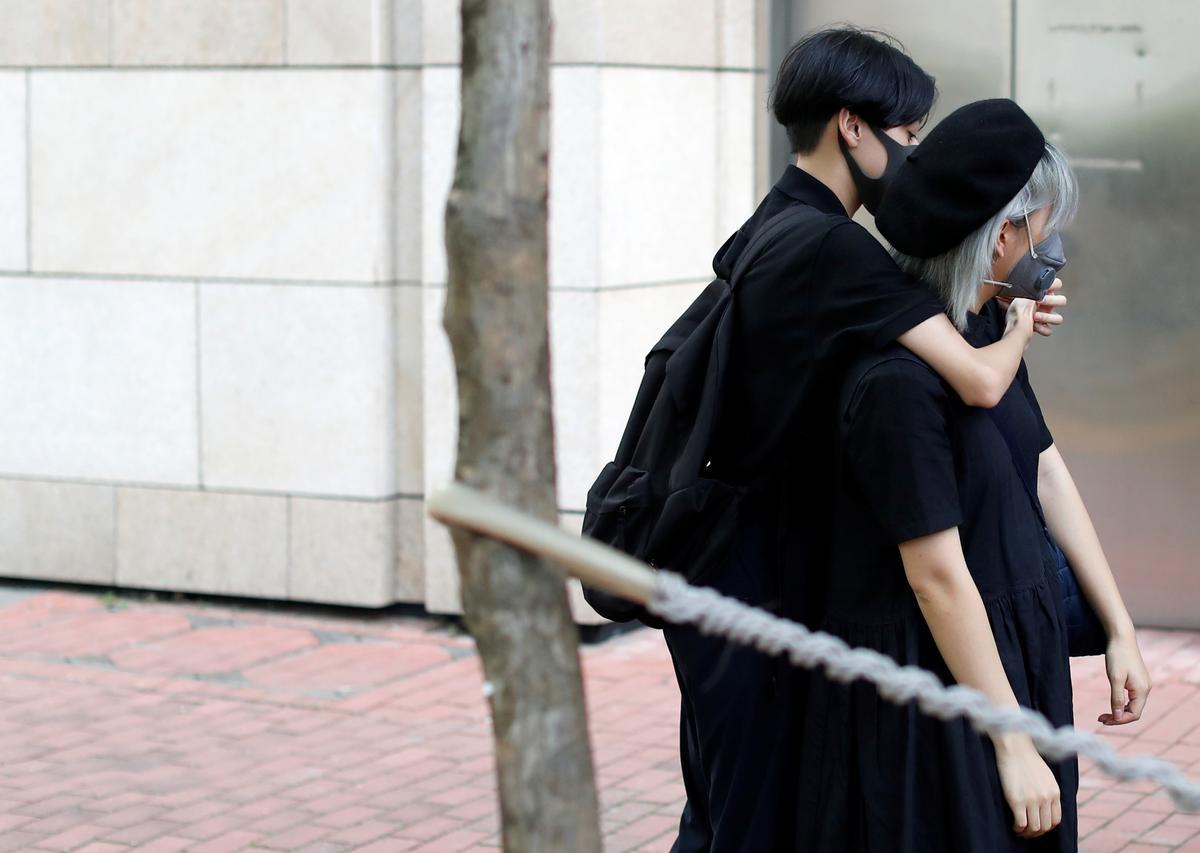 Tientalle Hong Kong-betogers verskyn in die hof op aanklagte van onluste
